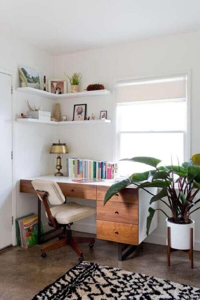 52. Escrivaninha com gavetas para escritório pequeno. Foto: Living Spaces