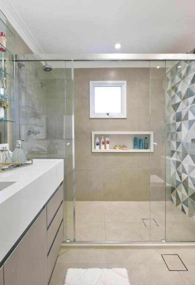 27. Banheiro revestido com piso porcelanato e bancada de quartzo branco para pia esculpida – Foto Rosangela Pena