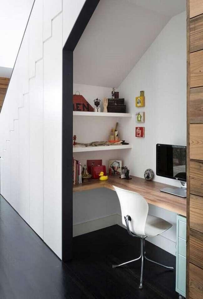 4. Aproveite o espaço embaixo da escada e construa seu escritório pequeno em casa. Foto: Behance