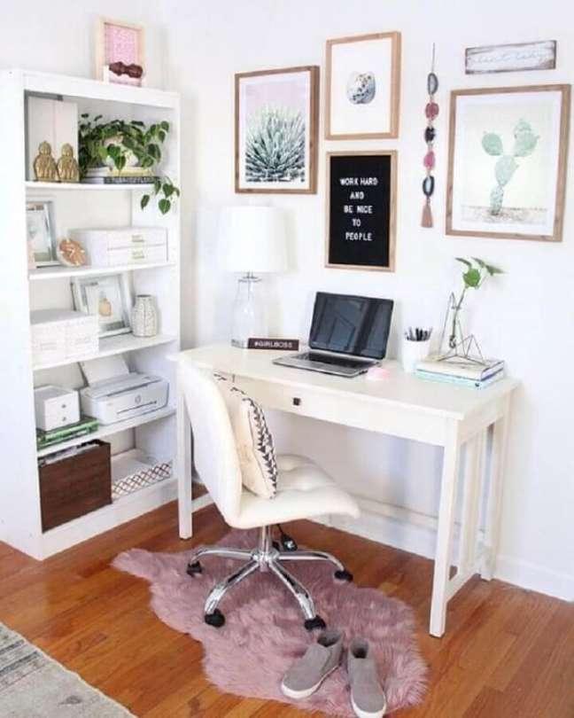65. Cadeira sem braço branca decora o escritório pequeno. Foto: Comer Blogar Amar