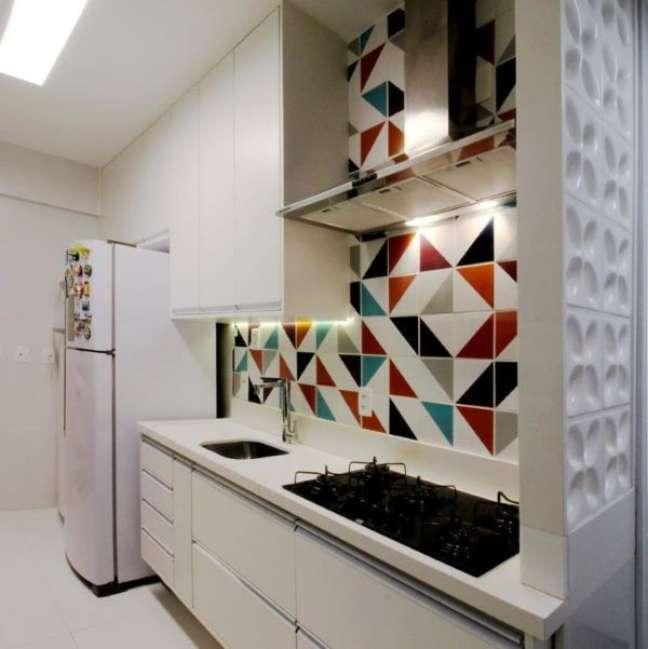 39. Cozinha com bancada de quartzo branco e parede colorido- Foto Dauster Arquitetura