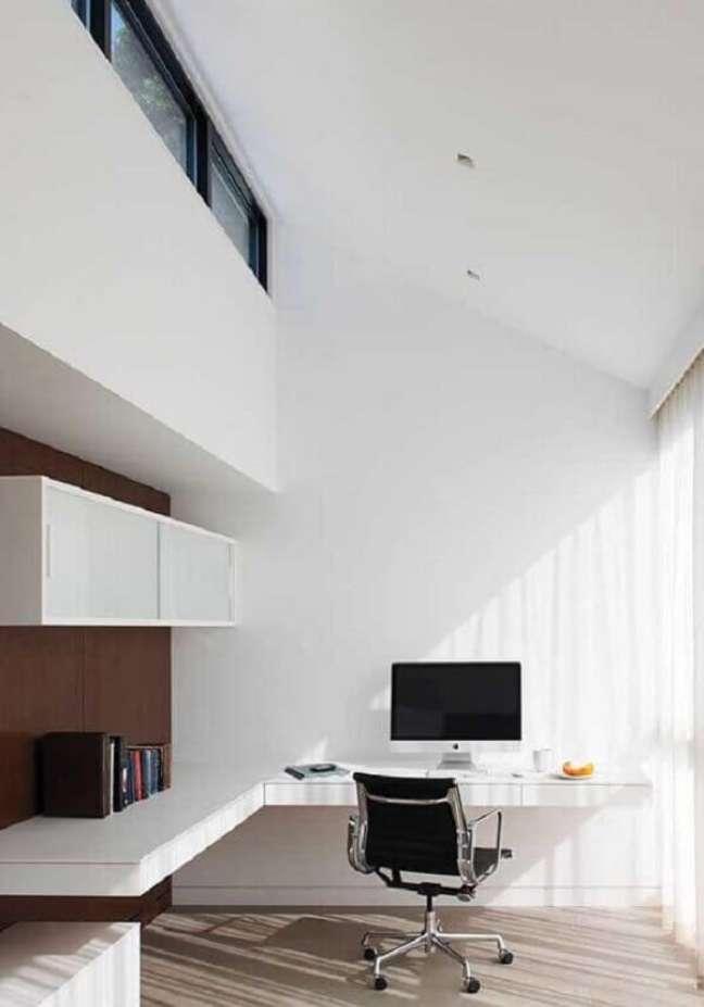 37. Modelo de escritório pequeno com bancada em formato L. Foto: Diulie Ferreira