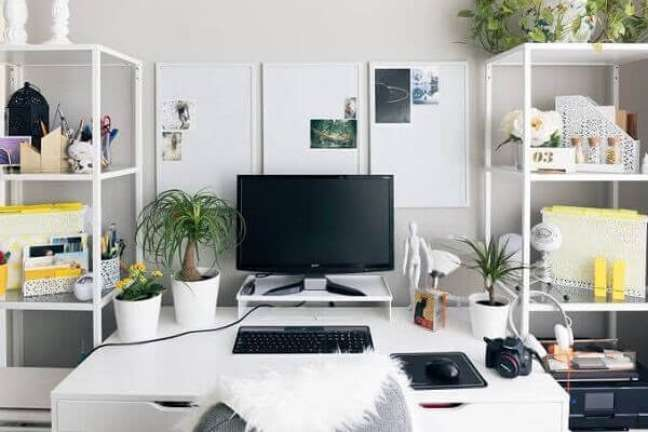 82. A estante de aço organizadora é um ótimo item para se ter no escritório pequeno. Foto: Clique Arquitetura