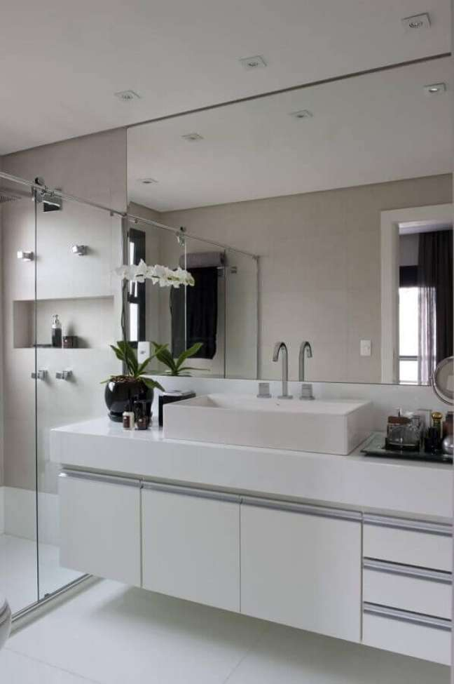 4. Decoração em cores claras com gabinete branco para banheiro grande – Foto: Jamile Lima