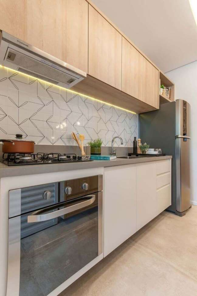 1. Decoração de cozinha pequena com bancada de quartzo cinza – Foto Alessandra Zeni