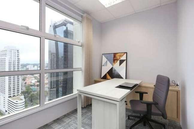 26. O pequeno quadro trouxe cor e alegria para o escritório pequeno. Projeto de Antônio Armando de Araújo