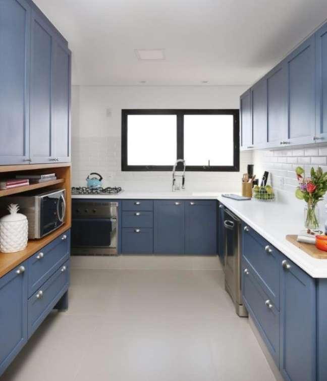 10. Cozinha azul com bancada de quartzo branca – Foto ACF Arquitura