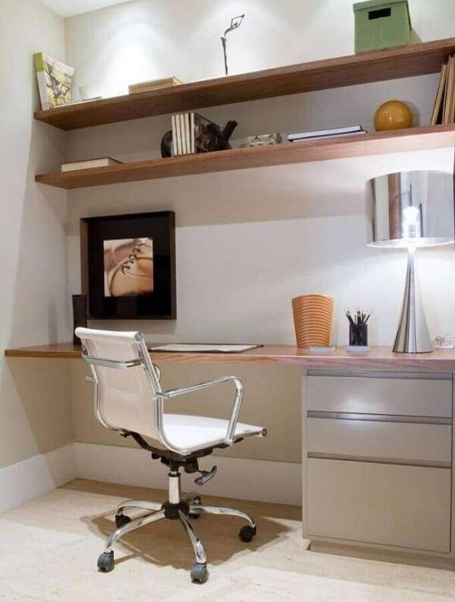69. Cadeira branca clássica para escritório pequeno. Foto: Marília Veiga