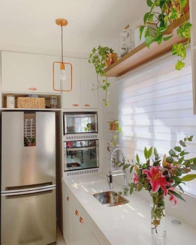 49. Cozinha pequena com bancada de quartzo e pia pequena – Foto NossaCasa 684