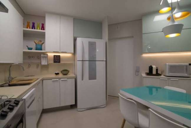 34. Cozinha clean com toques de cor azul e bancada de quartzo bege – Foto Ingrid Rosien Nichols