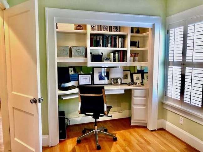 32. Modelo de escritório pequeno planejado em casa. Foto: Joni Checchia Interiors