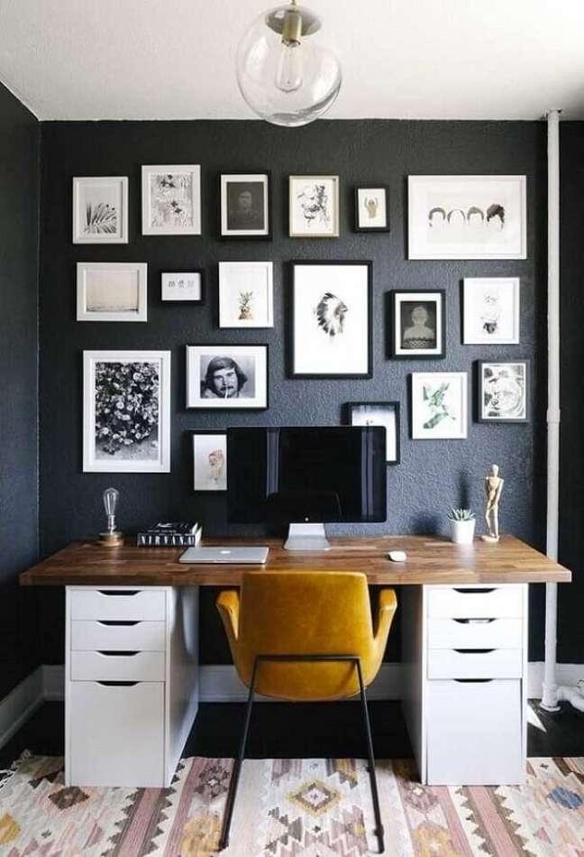 46. Ideias de escritório pequeno com diversos quadros fixados na parede. Foto: Home Decor