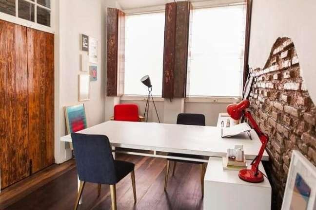 60. Decoração moderna de escritório pequeno. Projeto de Studio Um Interiores