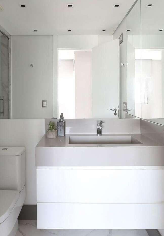 11. Banheiro pequeno decorado com gabinete branco suspenso – Foto: Studio Janela