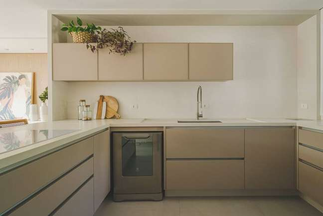 35. Cozinha com armários bege e bancada de quartzo branco -Projeto Alessandra Gandolfi Foto Marcelo Stammer