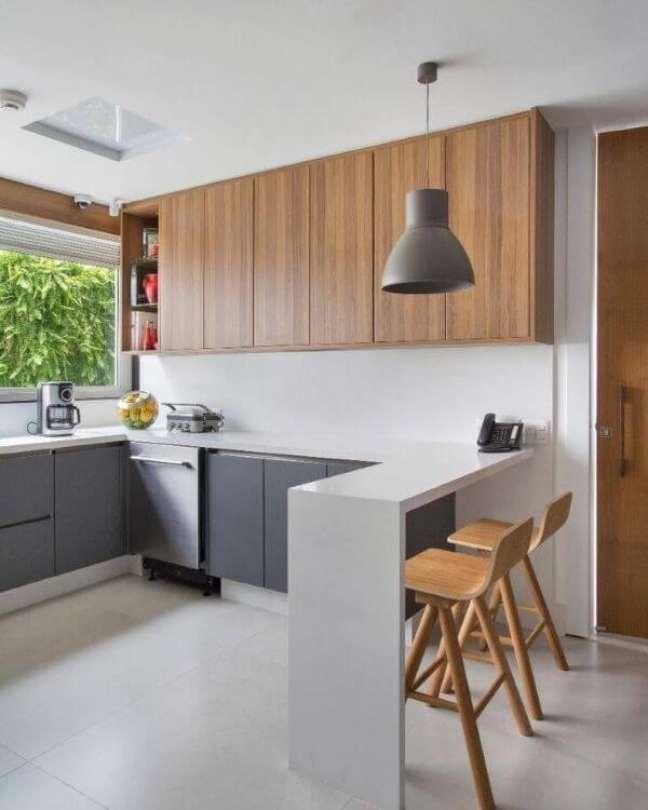 17. Bancada de quartzo com banquetas de madeira na cozinha moderna – Foto Bianca da Hora