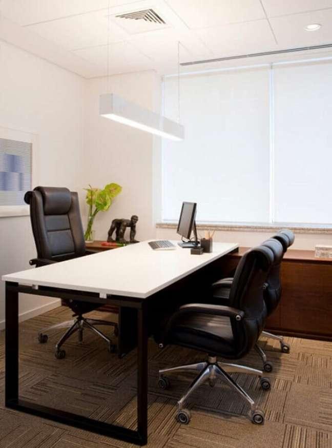 2. Invista em cadeiras confortáveis para o escritório pequeno. Foto: A2 Arquitetura