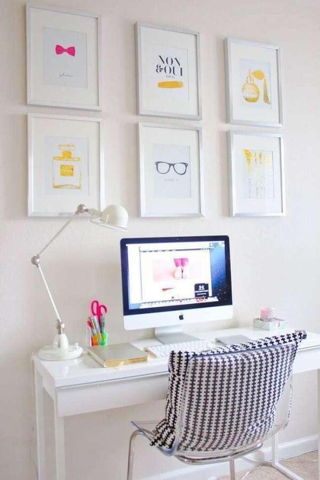21. Os quadros trazem um toque colorido para o escritório pequeno. Projeto de Nadine Guerra