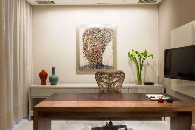 68. Decoração clean com quadro decorativo colorido para escritório pequeno. Projeto de Marília Veiga