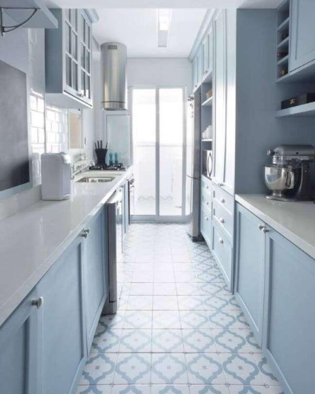 30. Cozinha azul clara com bancada de quartzo branco – Foto Carina dal Fabbro Arquitetura