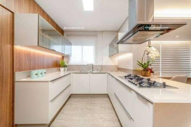 44. Cozinha em U com bancada de quartzo branca – Foto Priscila Knorst