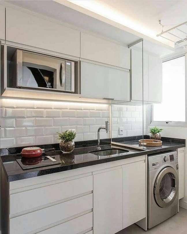 58. Gabinete de pia branco para decoração de cozinha de apartamento pequeno integrada com lavanderia – Foto: Decor Fácil