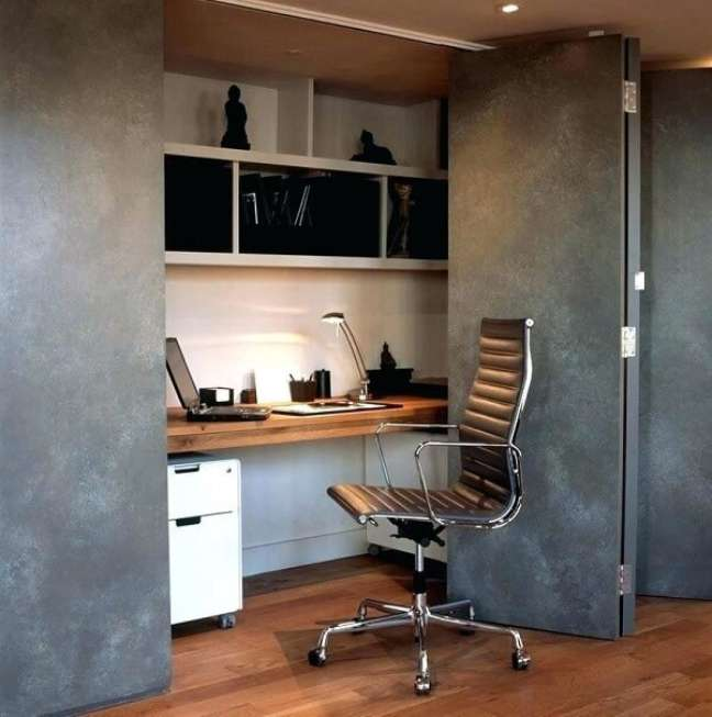 6. O escritório pequeno no quarto pode ficar camuflado dentro do armário. Foto: Houzz