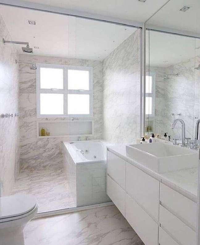 26. Decoração de banheiro com parede de mármore e gabinete branco – Foto: GF Projetos
