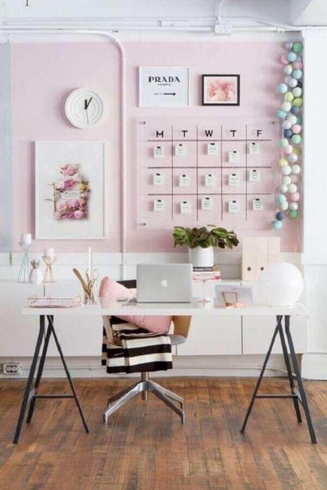 63. Cores para escritório pequeno o tom de rosa traz um toque delicado para o ambiente. Foto: Etsy