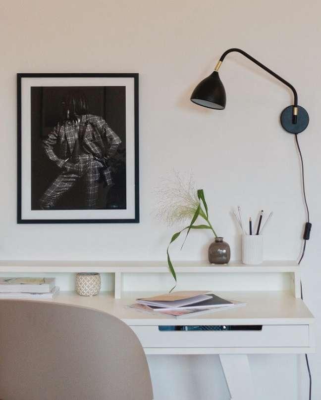 79. A luminária suspensa traz mais espaço para a escrivaninha do escritório pequeno. Foto: Gabriela