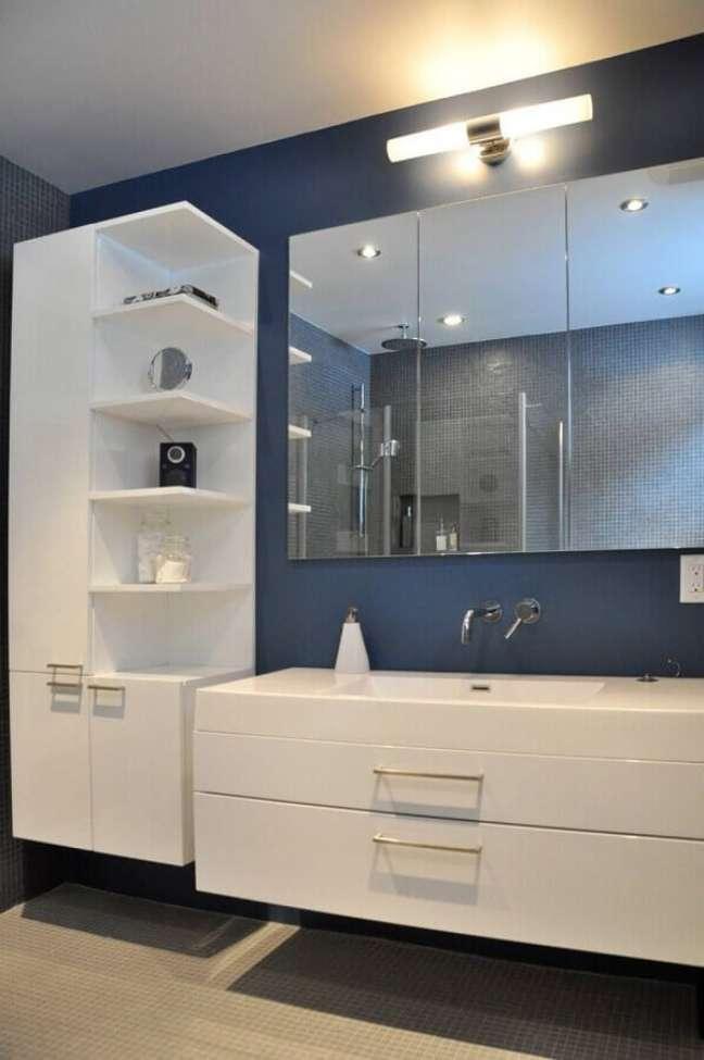 40. Gabinete branco para banheiro azul decorado com luminária de parede – Foto: Houzz