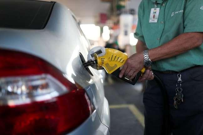 Frentista abastece carro em posto de gasolina do Rio de Janeiro 08/07/2021 REUTERS/Amanda Perobelli