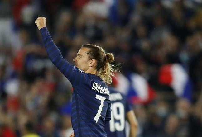 Griezmann comemora após marcar o gol que garantiu o empate para a França