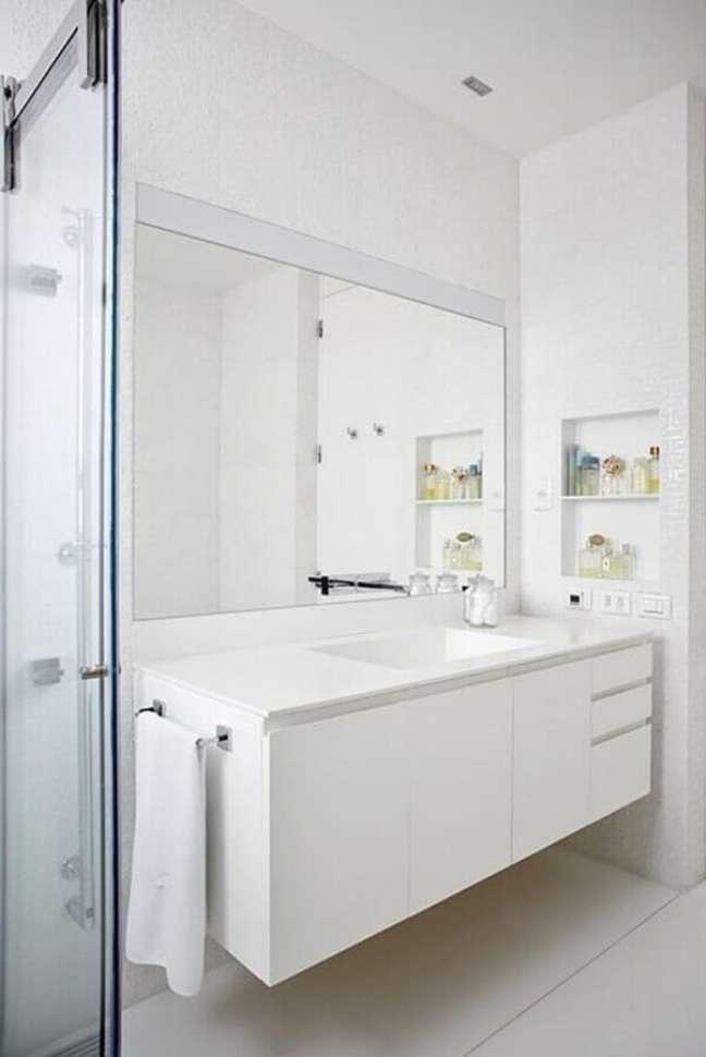 7. Decoração minimalista com gabinete branco para banheiro – Foto: Pascali Semerdjian Arquitetos