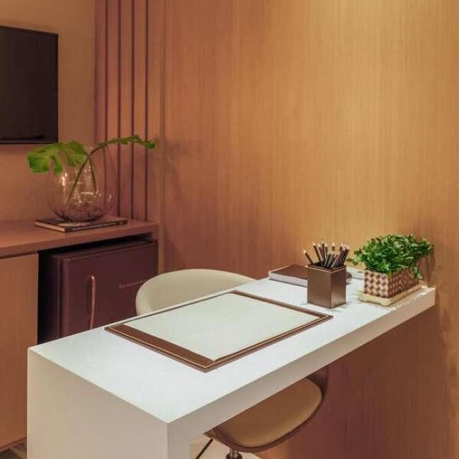 14. Um frigobar traz mais comodidade para o escritório pequeno. Foto: Entropia Arquitetura