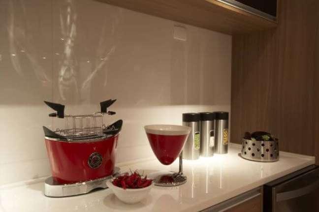 13. Bancada de quartzo branco com eletrodomésticos vermelhos – Foto Studio Marcio Michalua