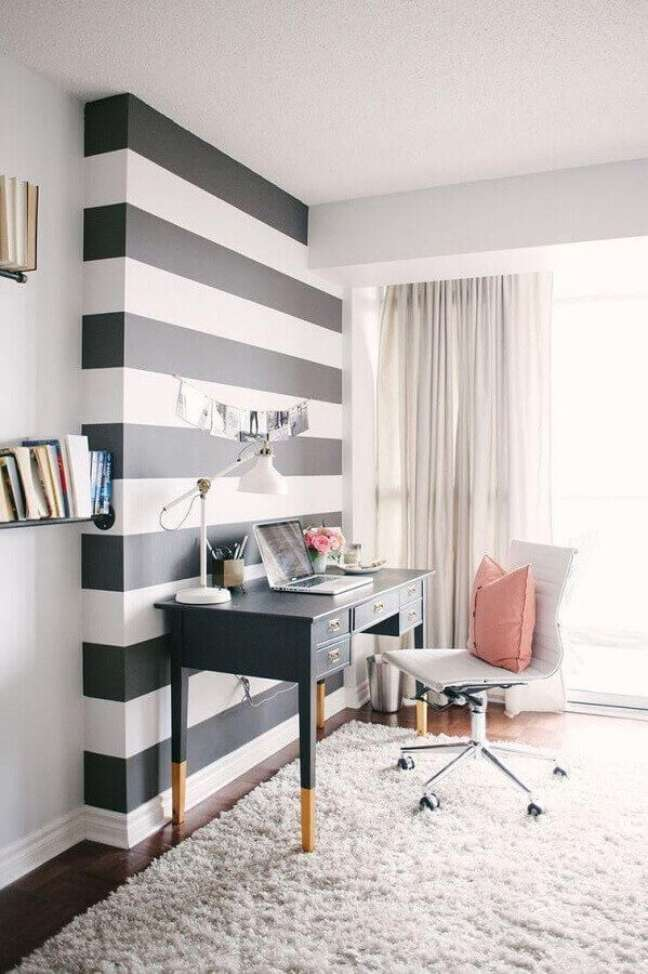 25. O papel de parede listrado se destaca na decoração de escritório pequeno. Foto: Karen Lenzi