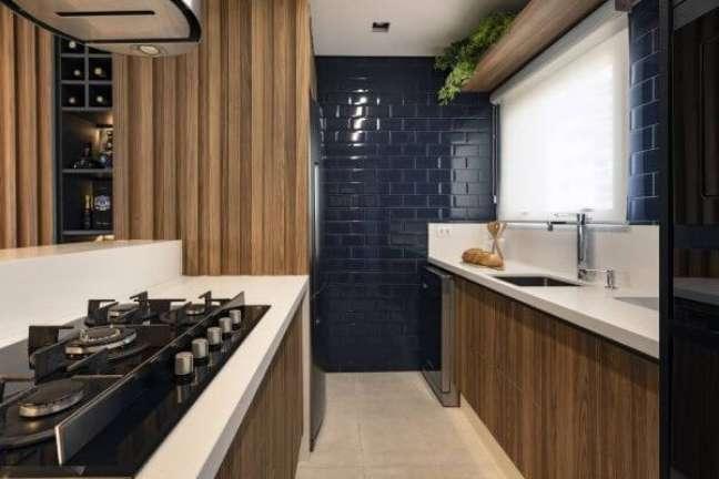 41. Cozinha com revestimento azul e bancada de quartzo branca – Foto Alex Bonilha