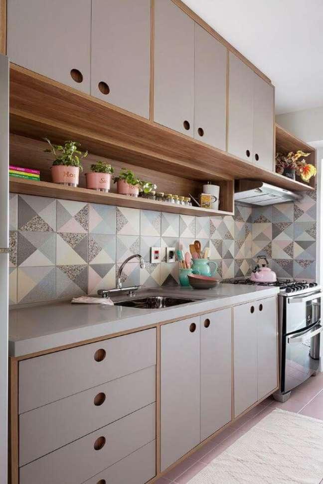 6. Cozinha moderna com bancada de quartzo cinza e revestimento geométrico na parede – Foto Gabriela Toledo Arquitetura e Interiores