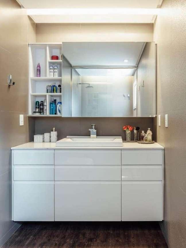 1. Decoração com espelheira e gabinete branco para banheiro pequeno – Foto: Cadi Arquitetura