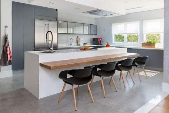 16. Bancada de quartzo branco para cozinha cinza clara e madeira – Foto Gabriela Toledo Arquitetura e Interiores