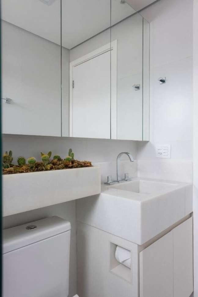 26. Banheiro com bancada de quartzo e espaço para plantas suculentas – Foto Mis Arquitetura e Interiores