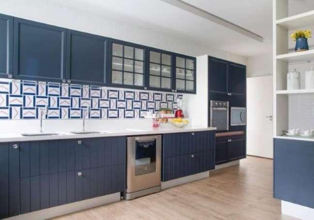 31. Cozinha azul com bancada de quartzo e revestimento geométrico – Foto Babi Teixeira