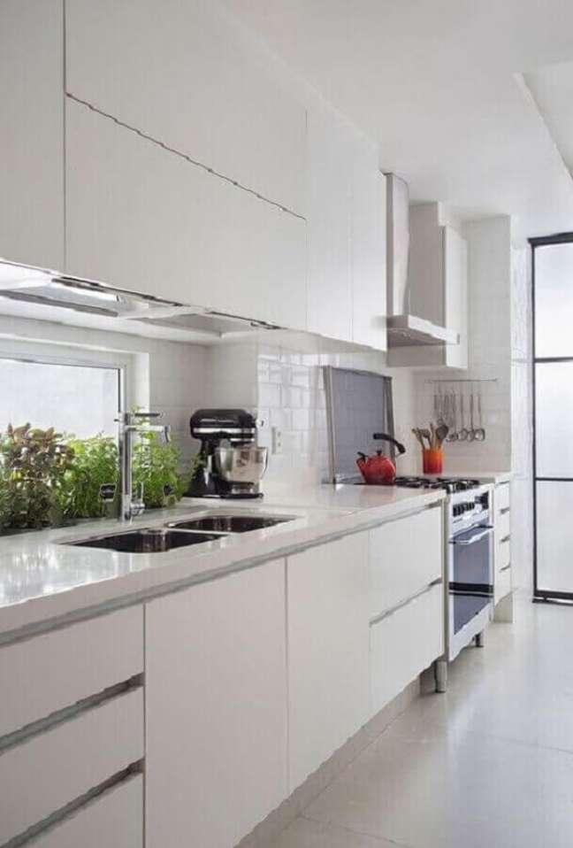 18. Decoração clean para cozinha com gabinete branco planejado – Foto: Decor Fácil