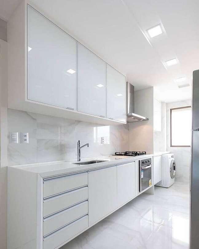 6. Decoração clean com gabinete de cozinha branco – Foto: Casa Decora