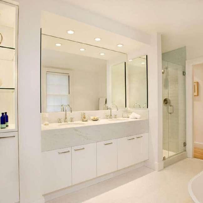 16. Decoração clean para banheiro grande com gabinete branco planejado – Foto: Charlie Allen Renovations