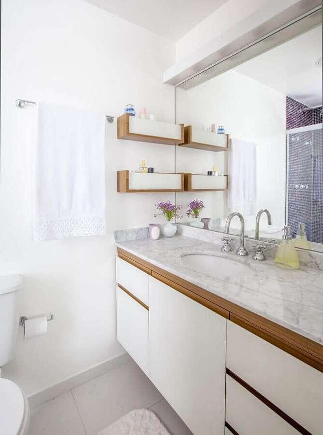 61. Gabinete para banheiro branco decorado com detalhes em madeira – Foto: Home Fashion Trend