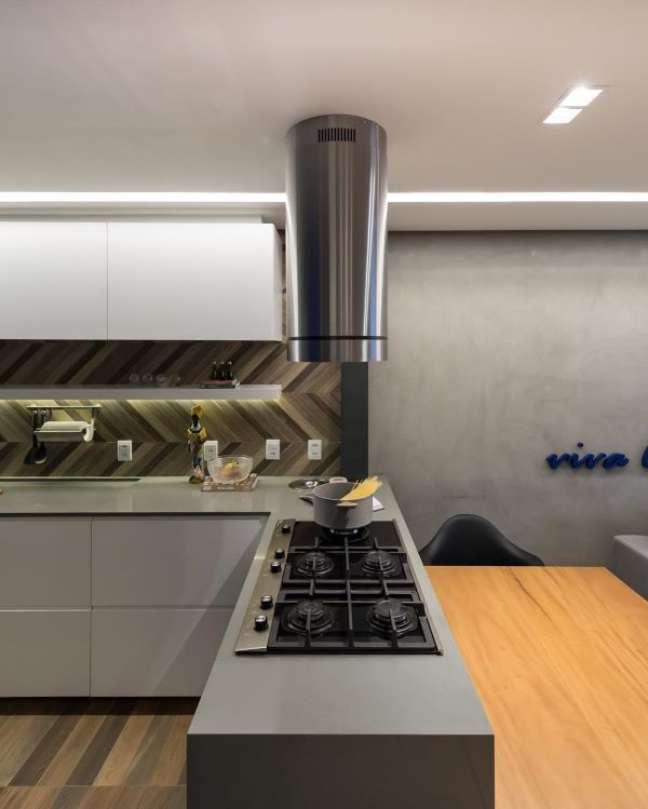 5. Cozinha cinza com bancada de quartzo e cooktop – Foto Arquitetando Ideias