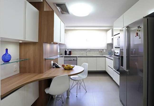 22. Decoração com gabinete branco para cozinha planejada – Foto: Fernanda Renner Ely