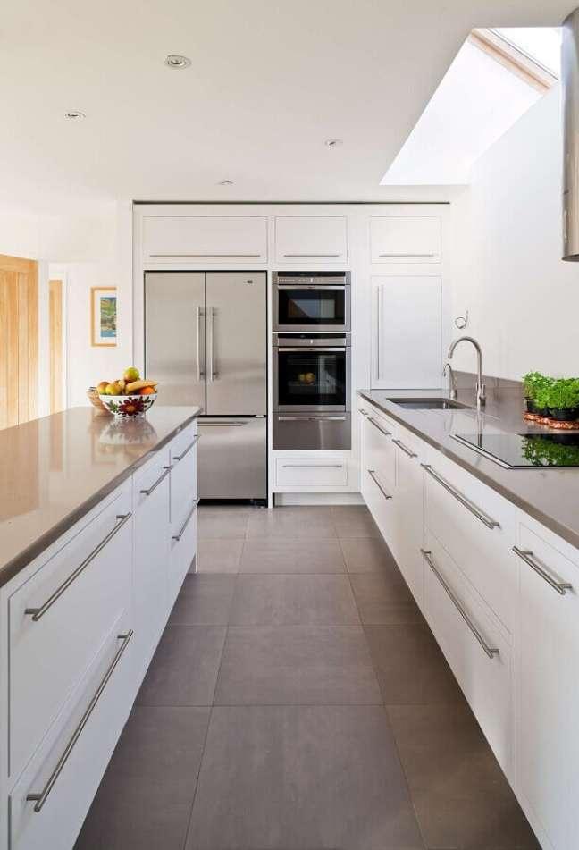 57. Gabinete de pia branco para decoração de cozinha corredor planejada – Foto: HomisHome